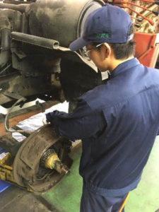 車両の足回り部分の点検作業を体験